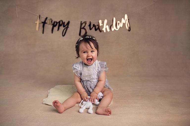 photo d'une petit fille avec un doudou et joyeux anniversaire